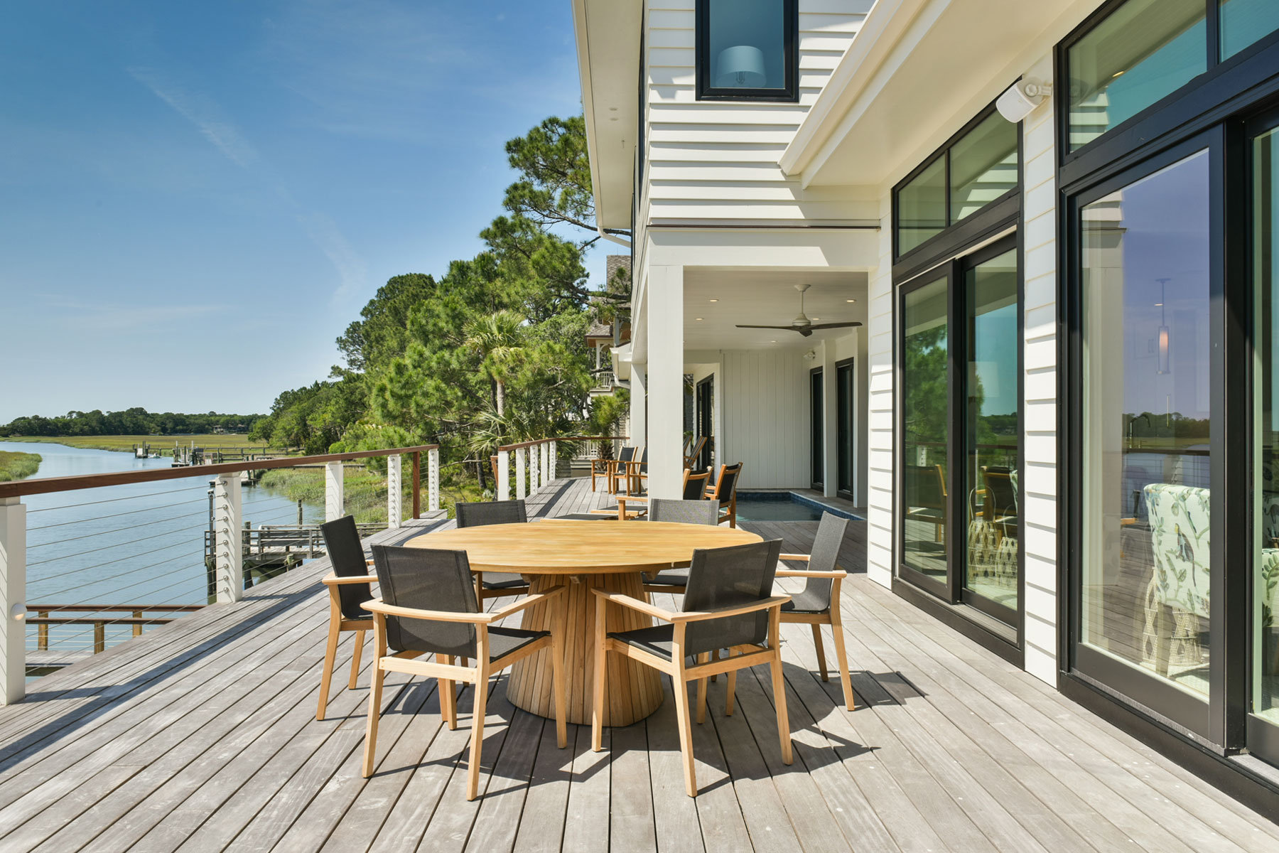 Outdoor dining and entertaining on elevated pool deck
